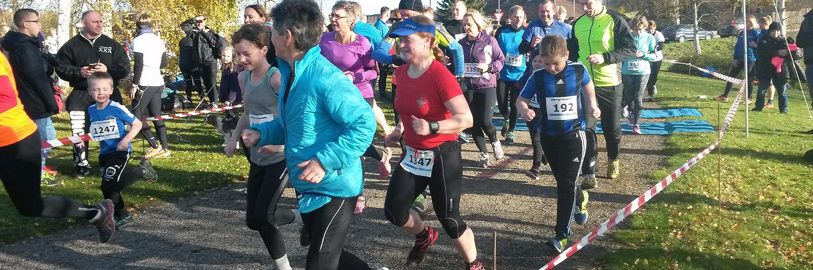 Tæt gruppe af løbere i højt humør i startområdet